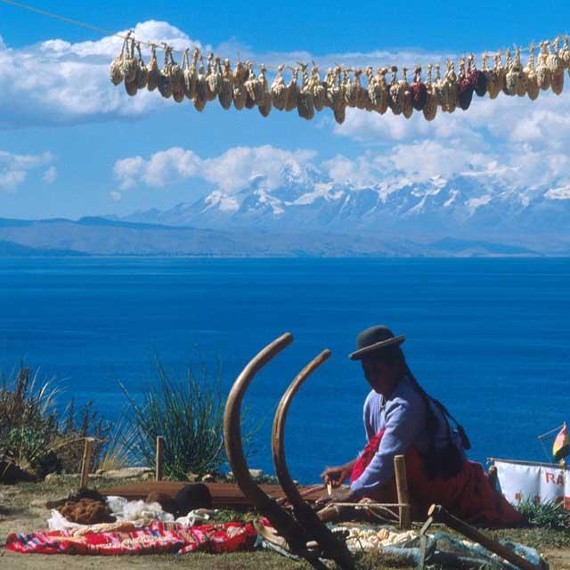 Voyage Bolivie - Bolivienne au bord du lac Titicaca, Bolivie